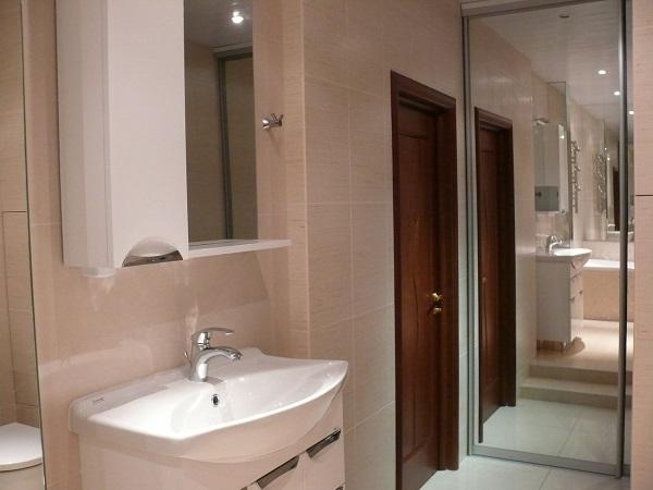 Ванная с зеркалами напротив