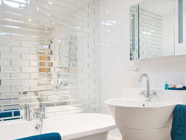 Ванная с зеркальной плиткой